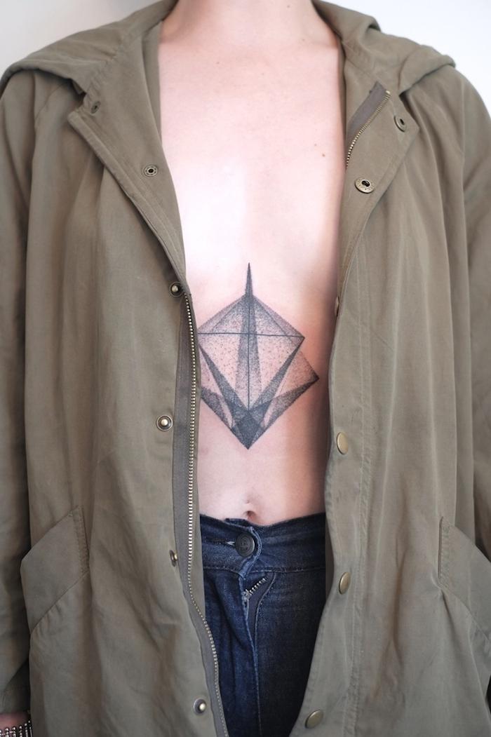 geometrische tattoos für männer mit einem symbol für stärke, eine tätowierung mit einem großen schwarzen stern mit schwarzen scharfen strahlen