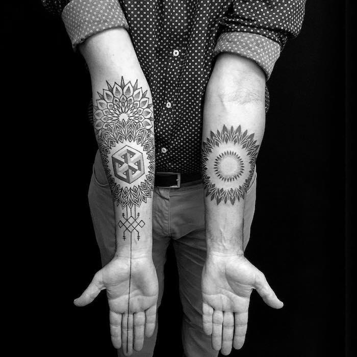 zwei hände mit großen arm tattoos mit blumen und schwarzen blättern und vielen geometrischen formen, arm tattoo motive für männer