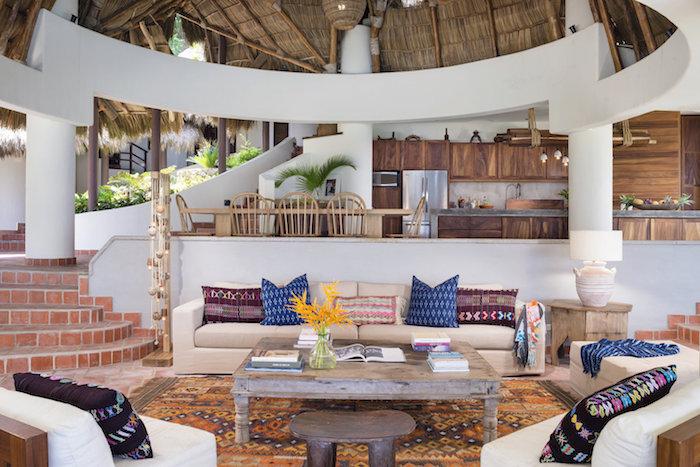 mexico möbel im wohnzimmer, maxikanische einrichtung, bunte dekokissen mit detaillierten mustern, hacienda