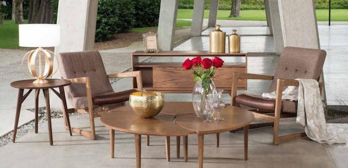 mexico möbel im garten, runder kaffeetisch, zwei stühle aus holz, goldene dekorationen
