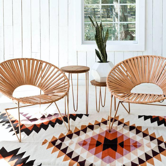 mexico möbel, zwei geflochtene runde stühle, bunter teppich mit geometrischen motiven, mexikanische einrichtung