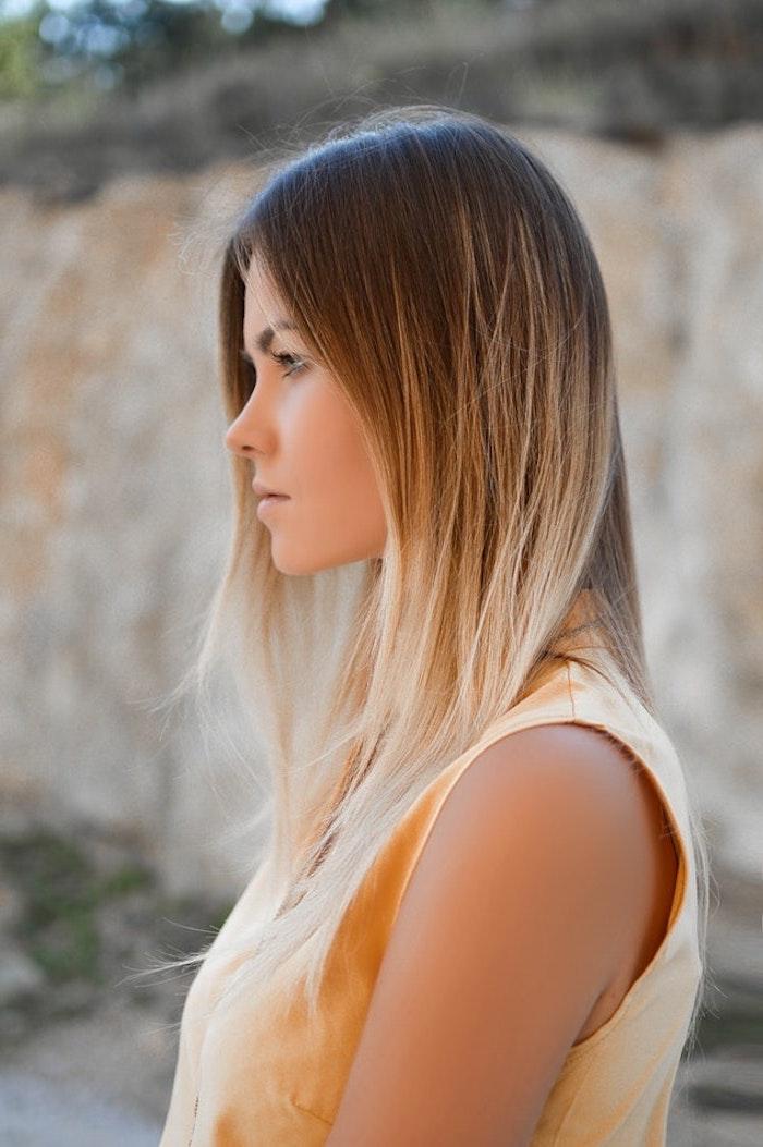 mittellange haare schnitt, schöne blonde enden, ombre look spitzen heller gestalten, ansätze dunkel, braun