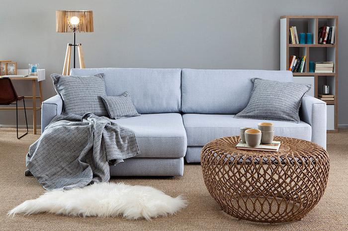skandinavisches wohnzimmer einrichten, graues sofa, tisch aus rattan, weißer fellteppich