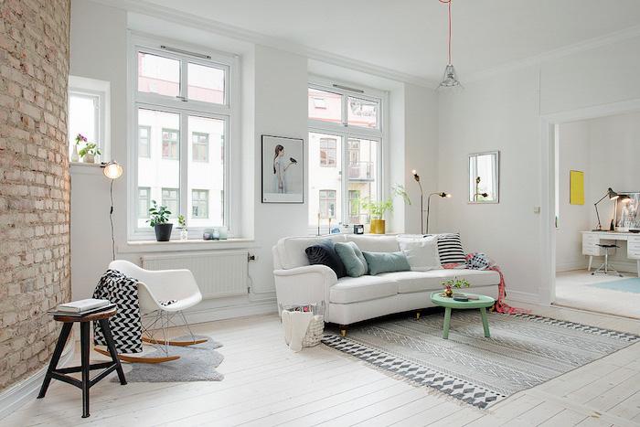 wohnzimmer einrichten ideen, weiße deko ideen, steinwand, grüner tisch, fenster, bunte kissen