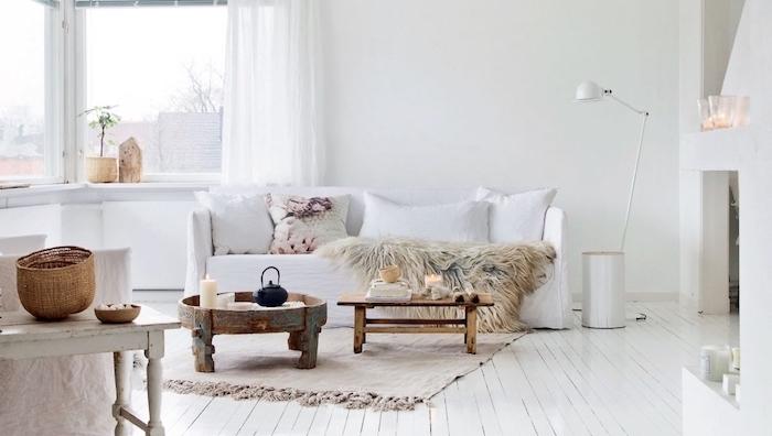 weißes wohnzimmer einrichten, inspirationsbilder, flauschige deko, holzmöbel, natürliches design