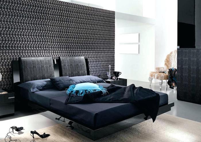 moderne schlafzimmer, wand in schwarz und weiß, hohe schuhe, dunkelblaue bettwäsche