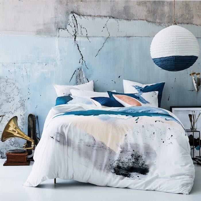 moderne schlafzimmer in industrialem stil, zweifarbige papierlaterne, wand in beotn optik
