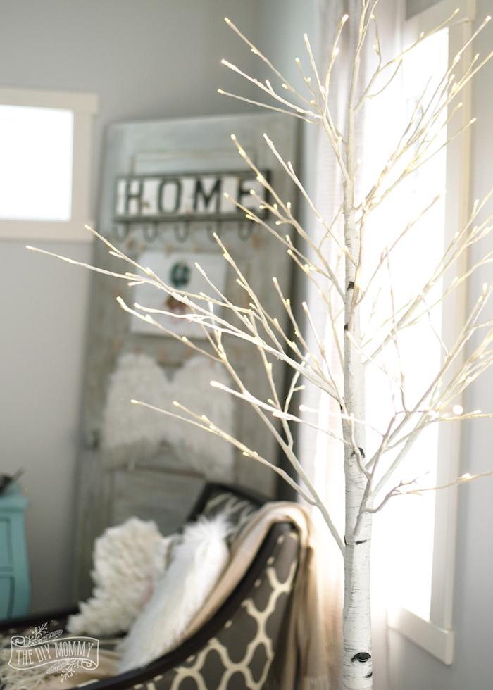 beleuchtung im wohnzimmer ideen zum inspirieren, ein baum von kleinen lichtern, aufschrift home an der wand
