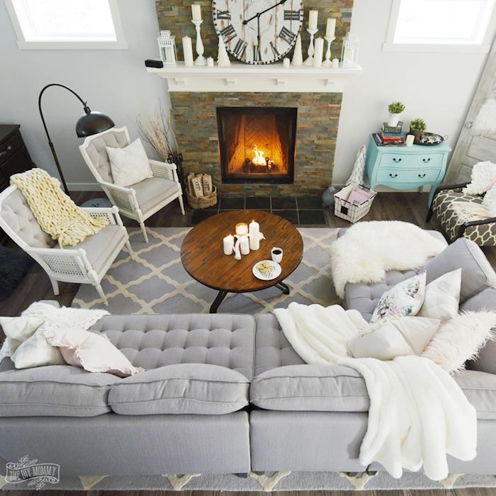 großes graues sofa, wohnzimmer ideen im skandinavischen stil, kamin, wanduhr, zwei sessel