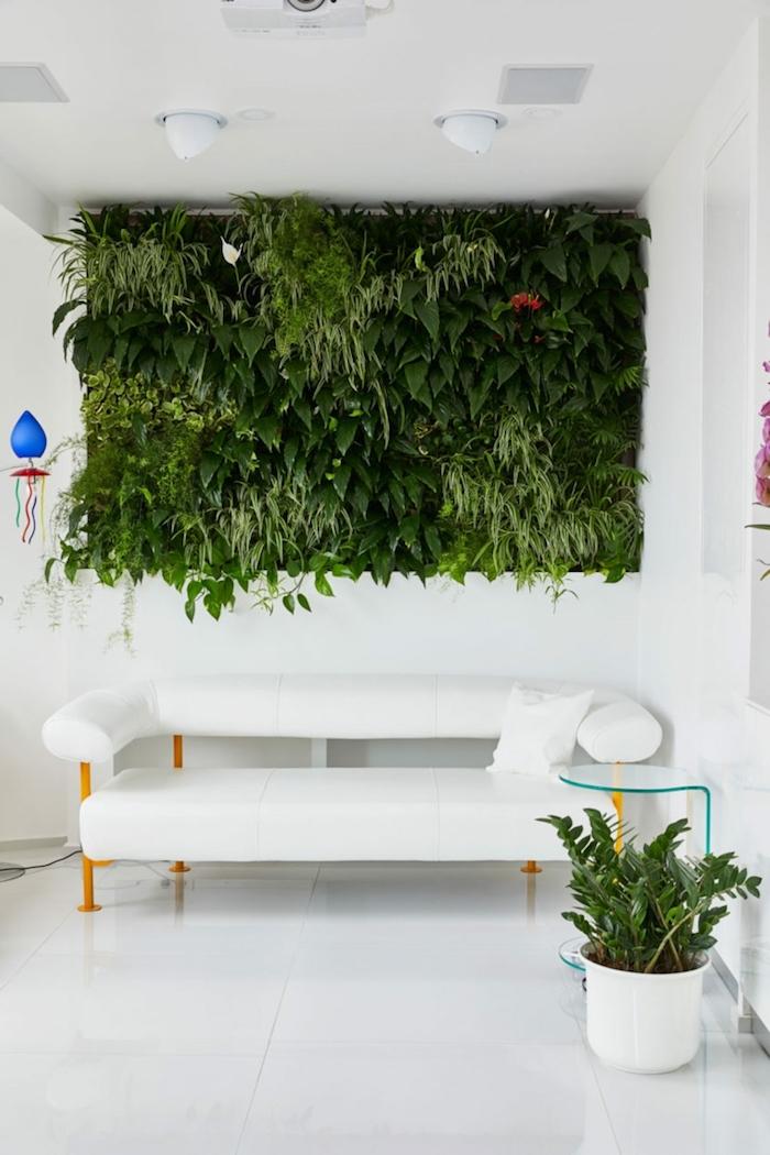 wohnzimmer dekorieren ideen, grüne wand voll von pflanzen, grüne pflanze in topf, weißes sofa