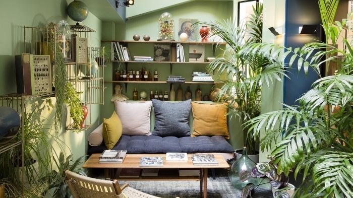 wohnzimmer dekorieren in grün, ideen zum nachmachen, ein sofa liegt im jungel, moderne zimmergestaltung