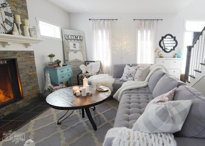 wohnzimmer einrichten ideen zum dekorieren und gestalten, graues zimmer, weiße kerzen auf dem tisch deko ideen