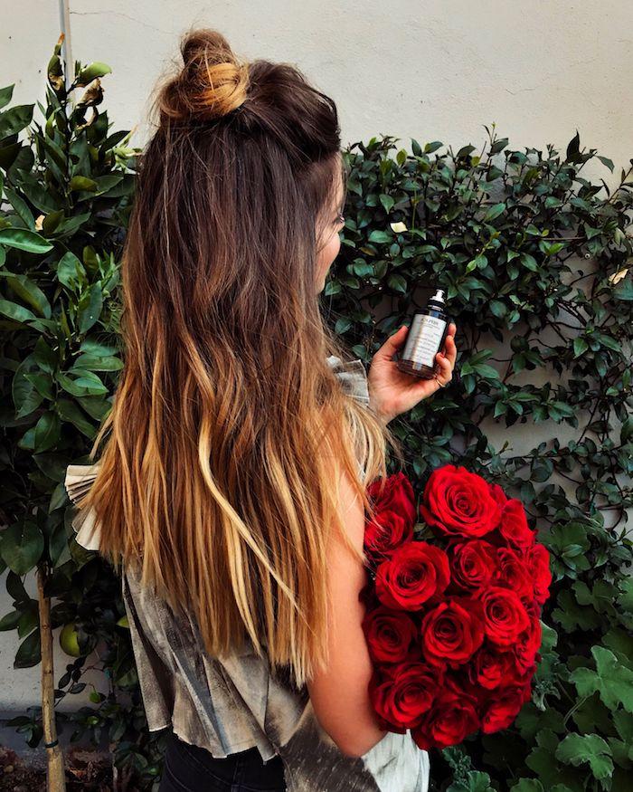 Lange halboffene Haare, Messy Dutt Frisur, Ombre Haare, großer roter Rosenstrauß