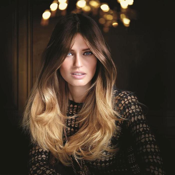 Ombre Haare, dunkelbrauner Haaransatz und blonde Spitzen, blaue Augen und matter Lippenstift