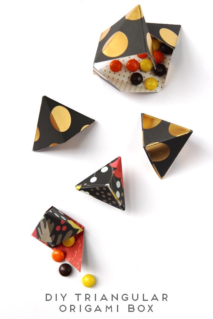 origami schachtel, dreickige boxen, schwarzes papier mit goldenen punkten, bonbons