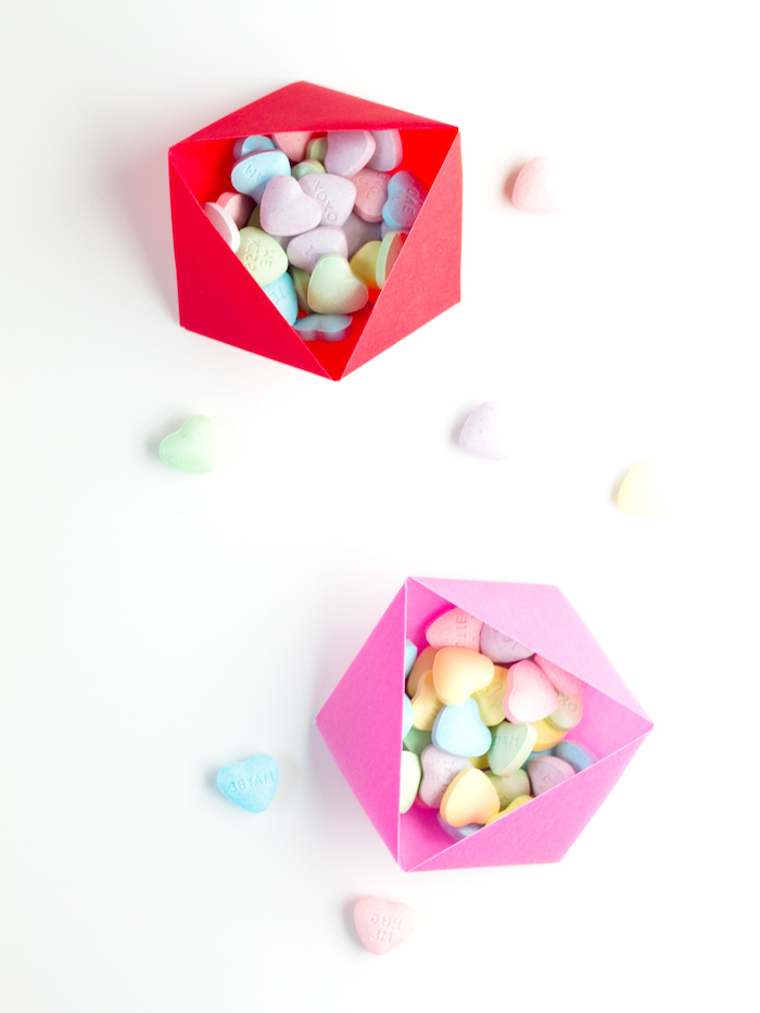 selbstgemachte origami schachtel gefüllt mit bonbons in der form von herzen, diy