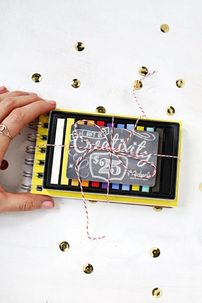 selbstgemachte Gutscheine, ein Notizbuch, Buntstiften, Geschenk zu Weihnachten