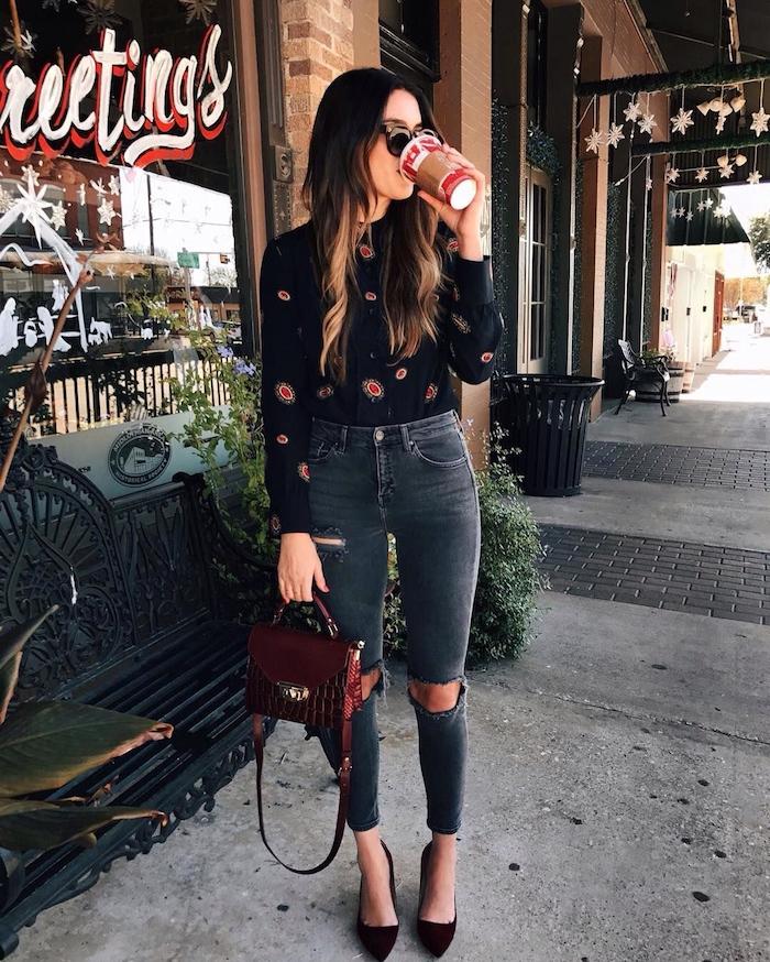 Lange und wellige Balayage Haare, schwarzes Hemd mit langen Ärmeln und Jeans, dunkelrote Ledertasche