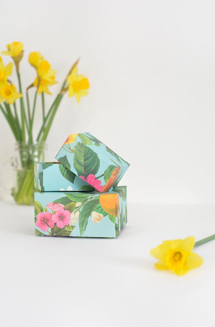 papierschachtel falten, glasvase mit gelben blumen, selbstgemachte geschenkboxen