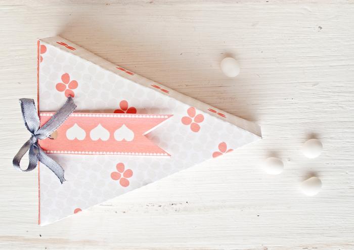 papierschachtel falten, geschenkbox in dreieckige form, weißes papier mit blumen, graue schleife