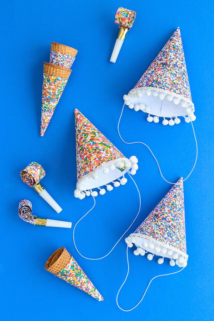 Partyhütchen aus Papier mit kleinen Pompons selber machen, mit Zuckerstreuseln Muster