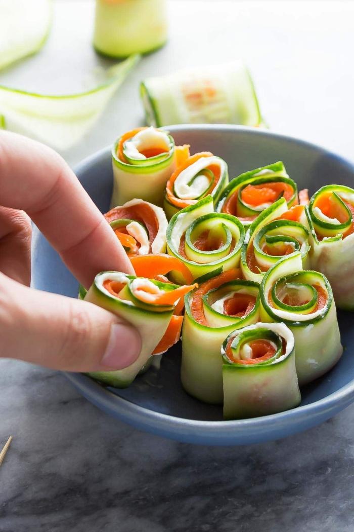 partyrezepte zum vorbereiten, blauer schüssel, einfache häppchen mit zucchini und lachs