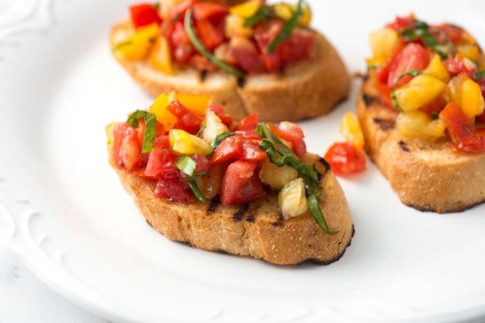 bruschettas mit roten und gelben cherry tomaten, partyrezepte zum vorbereiten, gesundes frühstück