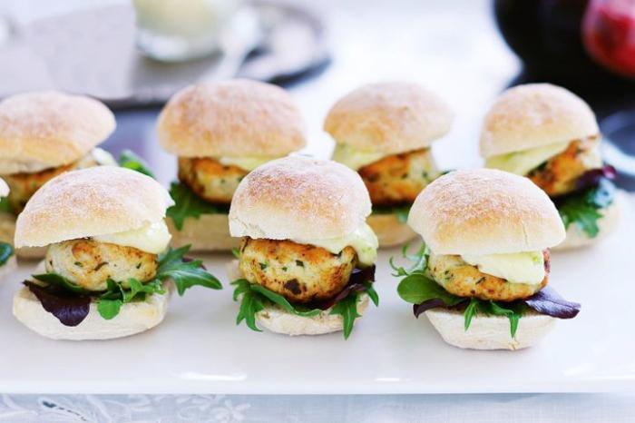 partyrezepte zum vorbereiten, mini burgers mit hühnerfleisch, käse und grünem salat