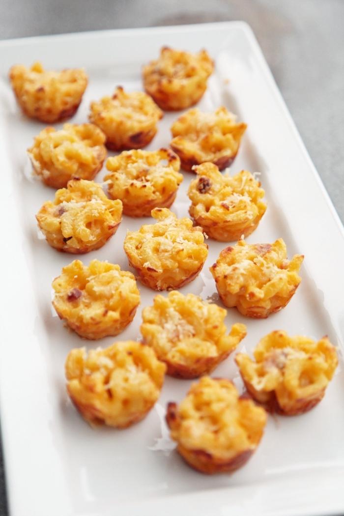 partyrezepte zum vorbereiten, eckiger weißer teller, makkaroni häppchen mit käse
