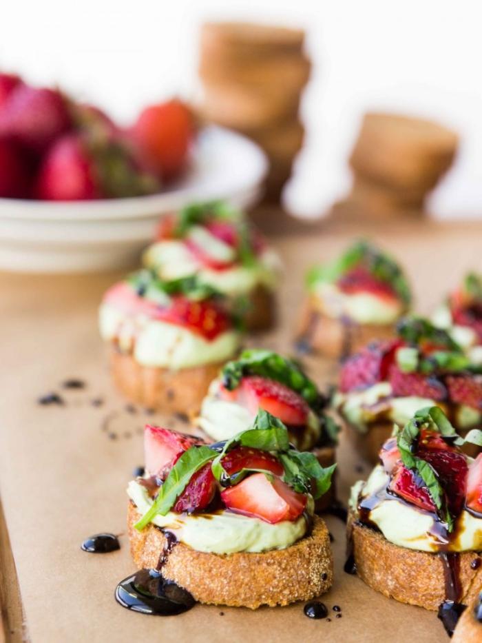 partyrezepte zum vorbereiten, süße bruschettas mit erdbeeren, avocado und schokoaldensoße
