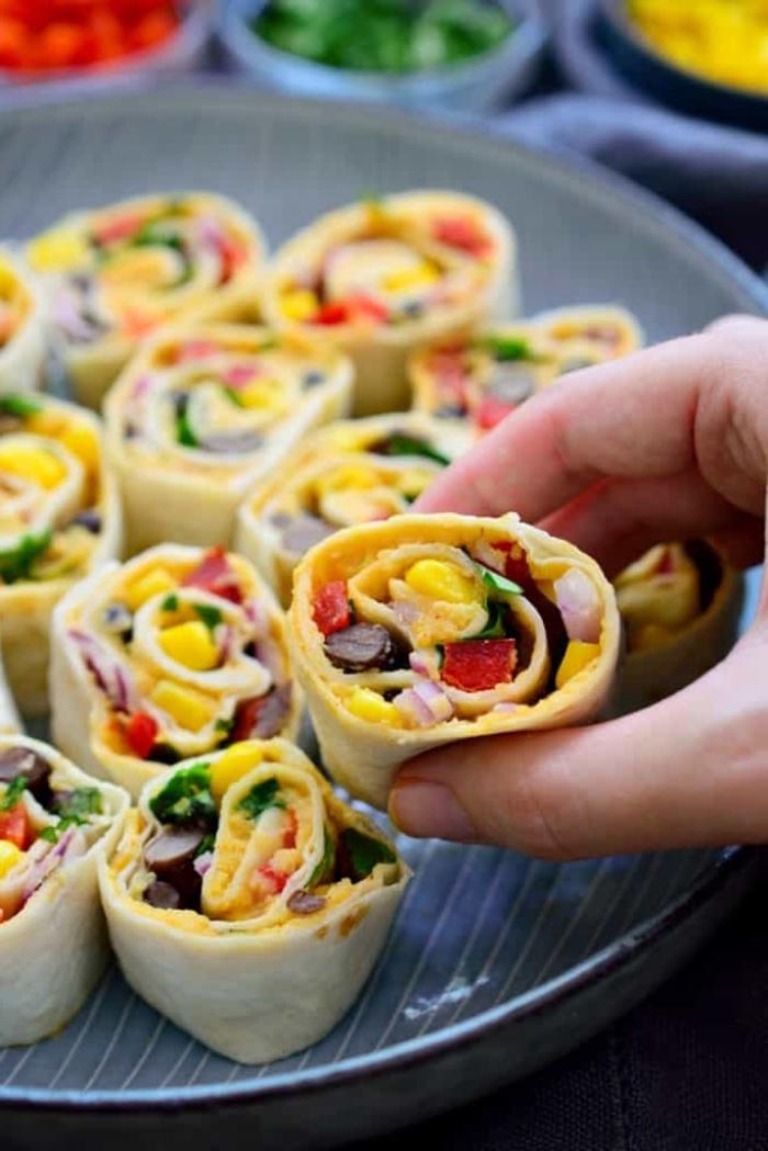 partyrezepte zum vorbereiten, vegarn rollen mit mais, zwiebel, tomaten und oliven, häppchen