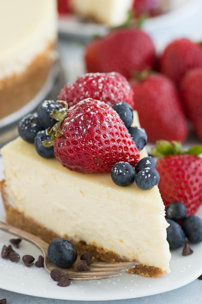 philadephia kuchen selber machen, käsekuchen dekoriert mit erdbeeren und blaubeeren