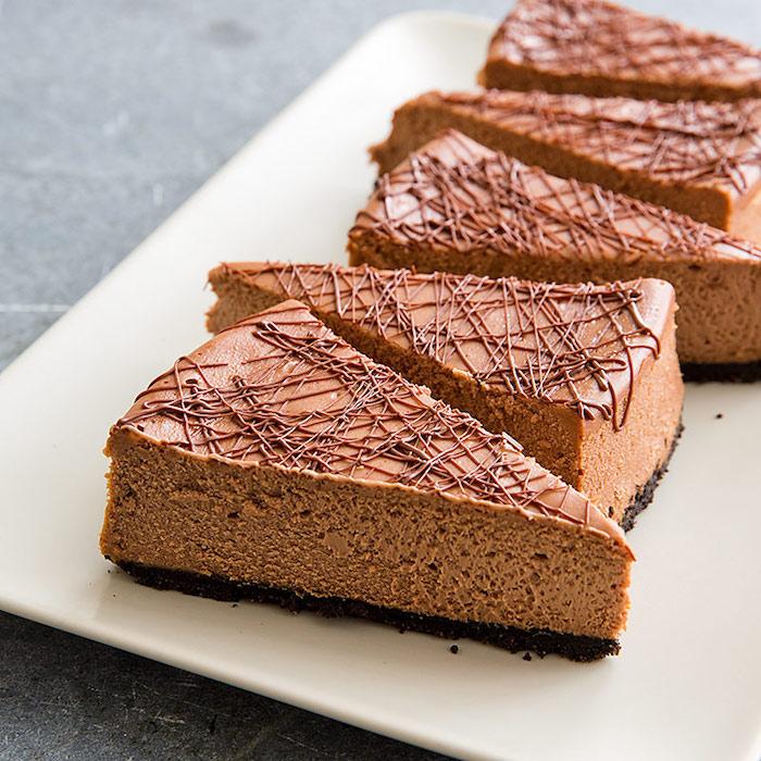 philadelphia torte ohne backen, keksboden mit dunkler schokoalde, creme, stücke dessert