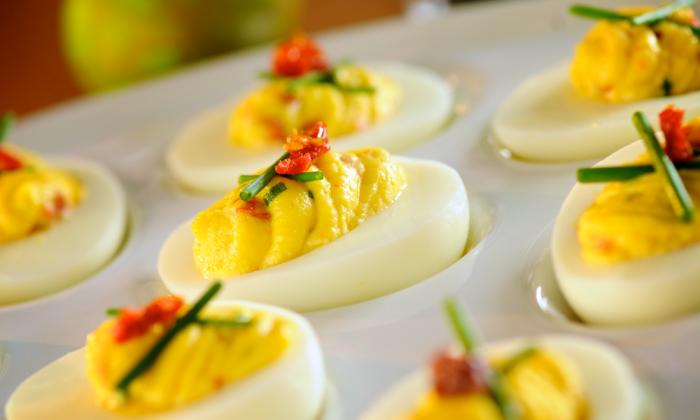 picknick rezepte fingerfood, gekochte eier mit gewürz und chilli, einfache vorspeise
