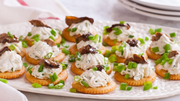 kräcker mit frischkäse pilzen und frühlingszwiebel, picknick rezepte fingerfood, schnelle rezepte