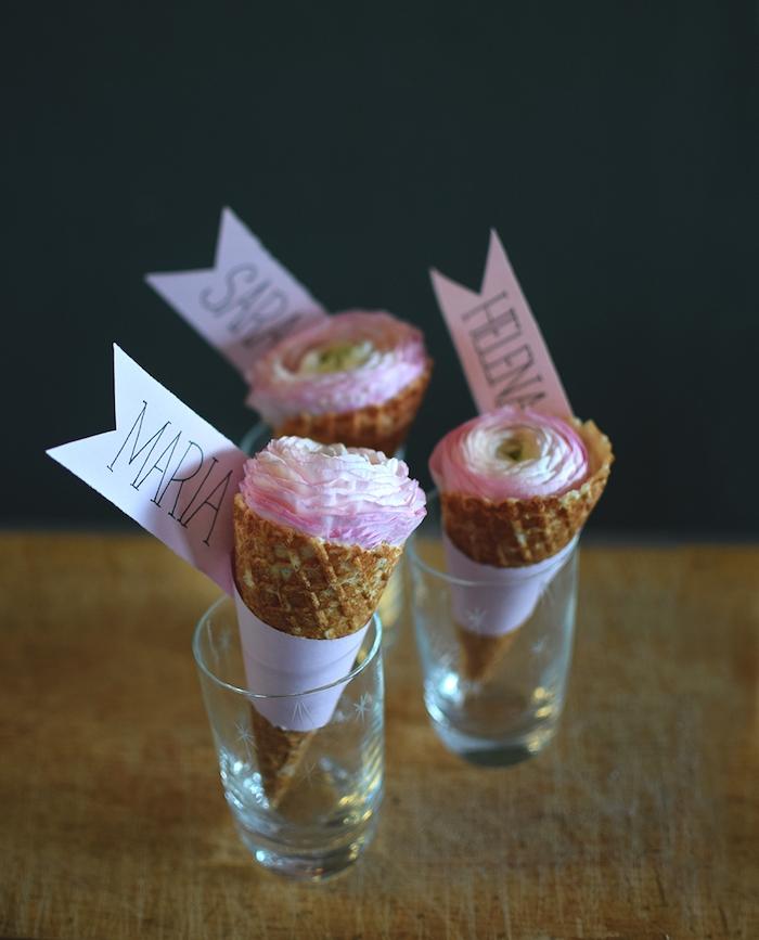 Tolle DIY Idee für Platzkarte, rosafarbene Blume in Waffel, Papier Streifen schneiden und beschriften