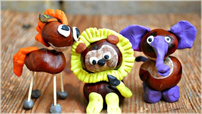 drei Kastanientieren, Löwe, Elefanten und Pferd, mit Play Doh und Kastanien gebastelt
