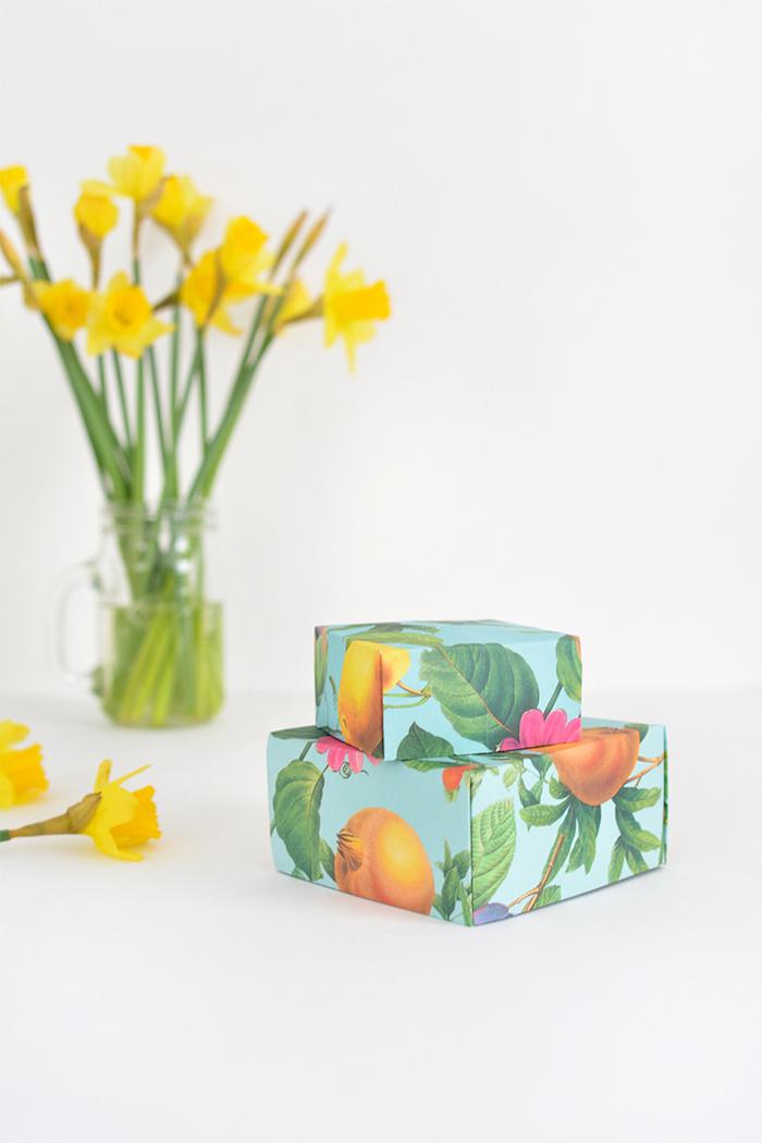 rechteckige schachtel falten, vase mit gelben blumen, geschenkverpackungen selber machen