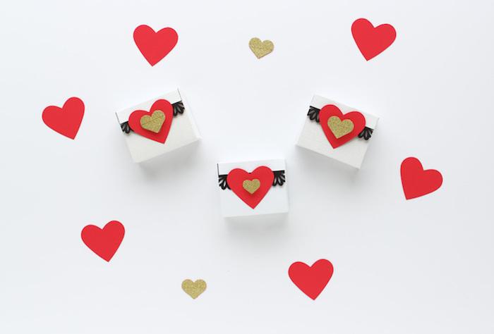 rechteckige schachtel falten zum valentinstag, rote und goldene herzen, geschenkboxen