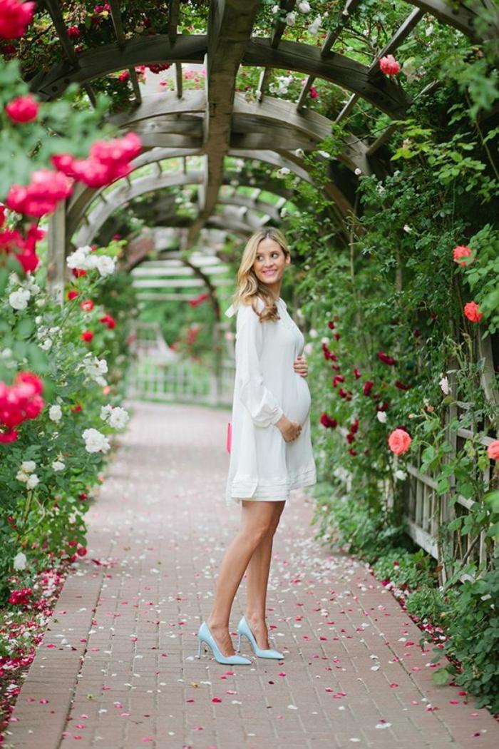 weißes Kleid, Umstandskleider Hochzeiten, blaue Schuhe, ein Foto im Garten, blondes Model