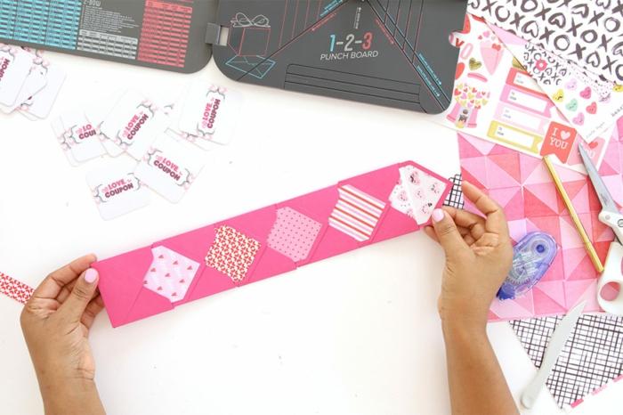 fünf Briefumschläge, die zusammengeklebt sind mit verschiedenen Mustern, Gutschein basteln