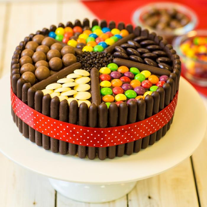einfache Kuchenrezepte, bunte Bonbons, Schokoladenstreusel, Süßigkeitentorte