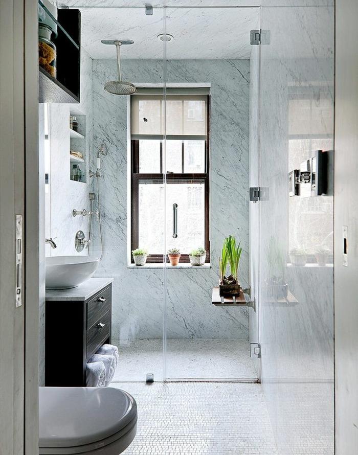 weiße Mosaikfliesen, kleine Pflanzen als Dekoration, Marmorwand, Badezimmer einrichten