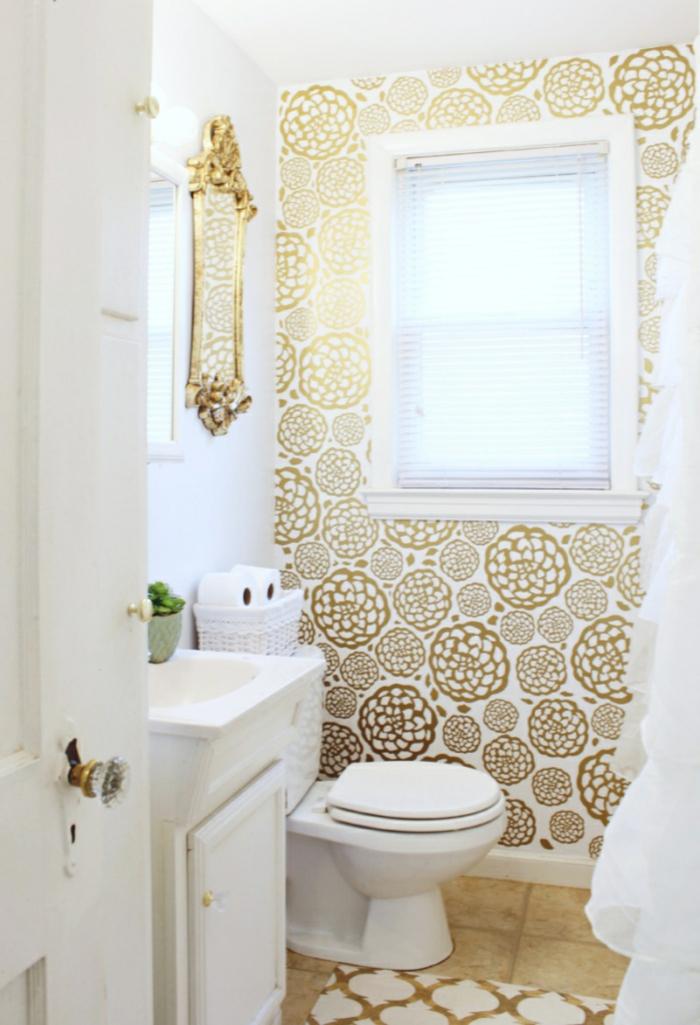goldene Blumen an den Wänden, gelbe Fliesen am Boden, Badezimmer einrichten, ein Fenster mit Rollos
