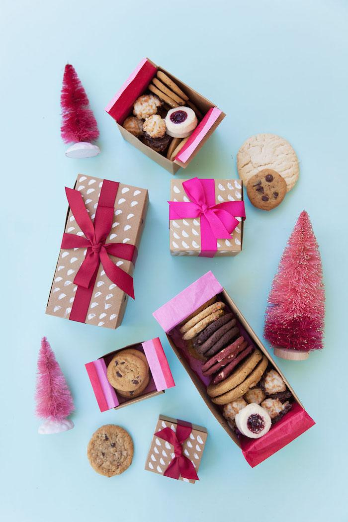 schachtel basteln, kleine rosa weihanchtsbäume, boxen mit keksen, rosa schleifen