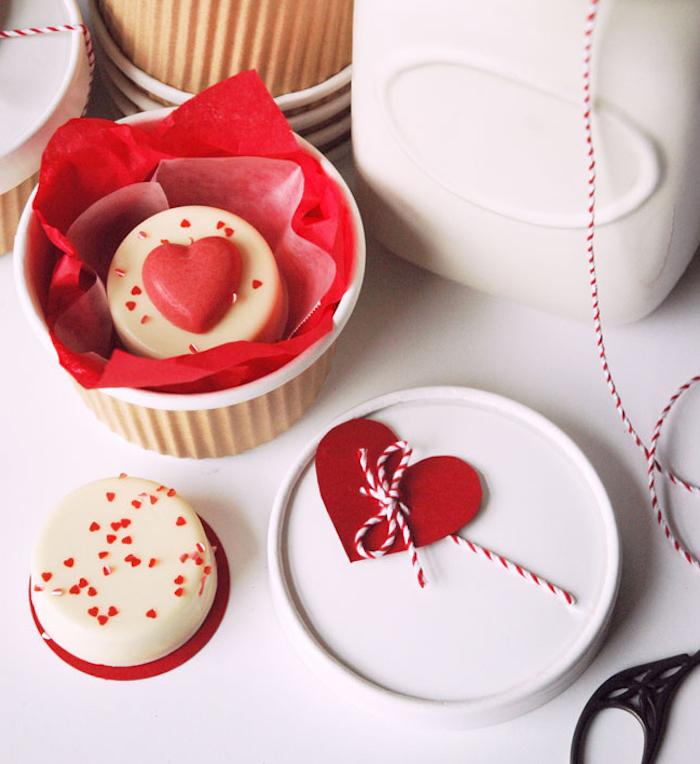 schachtel bastlen für süßigkeiten, geschenkbox mit verschlussdeckel, herz aus rotem papier