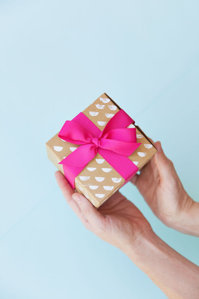 box aus pappe mit rosa schleife, schachtel basteln, geschenkideen zum weihanchten