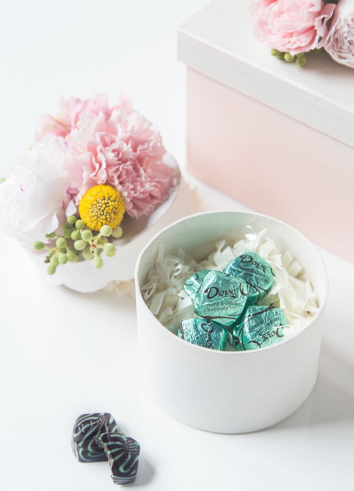 box mit bonbons, schachtel basteln, deckel dekoriert mit blumen, geschenk für frau