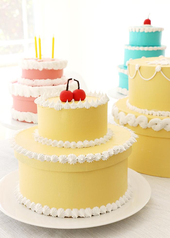 schachtel falten anleitung, weißes sahne, torte aus bastelkarton, geschenkbox geburtstag