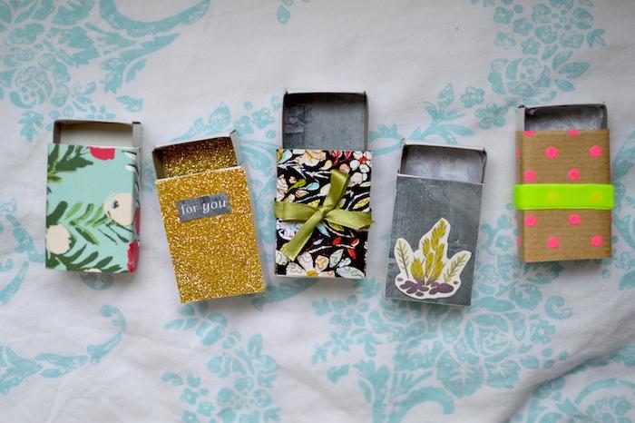 schachtel mit deckel, upcycling ideen, geschenkboxen aus steichholzboxen, goldener glitzer